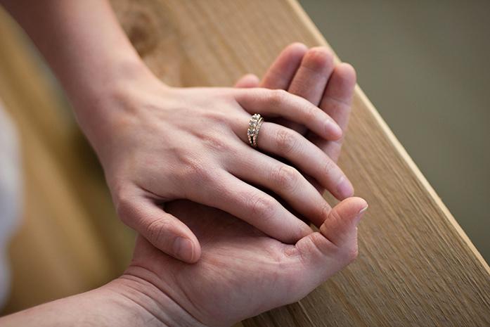 Marcapasos cerebral: Familiar apoyando a persona afectada por Alzheimer